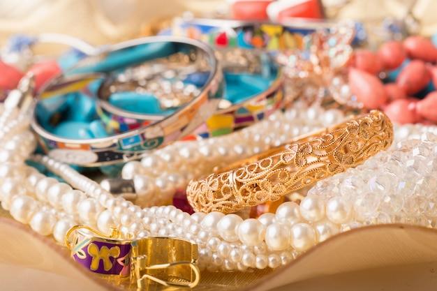 Kolekcja różnych biżuterii