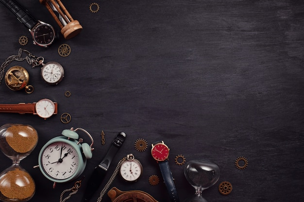 Kolekcja różnych zegarków i zegarów