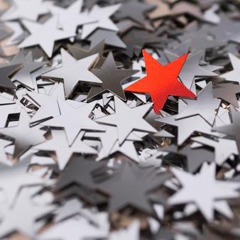 Kolekcja srebrnych gwiazd otaczających czerwoną