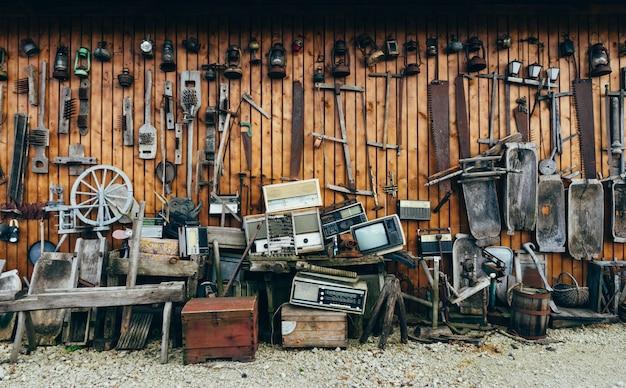 Kolekcja starych narzędzi i akcesoriów w stylu retro