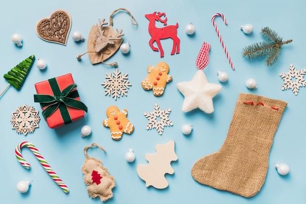 Kolekcja świąteczna z kulkami, płatkami śniegu, reniferem, laską cukrową, wieńcem. szablon, projekt. leżał płasko. widok z góry.