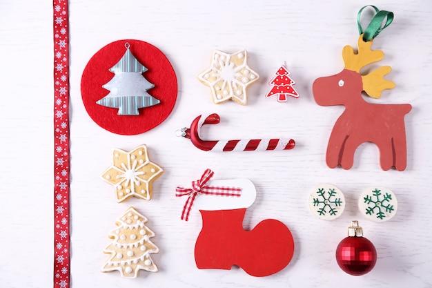 Kolekcja świątecznych dekoracji na drewnianym stole z widokiem