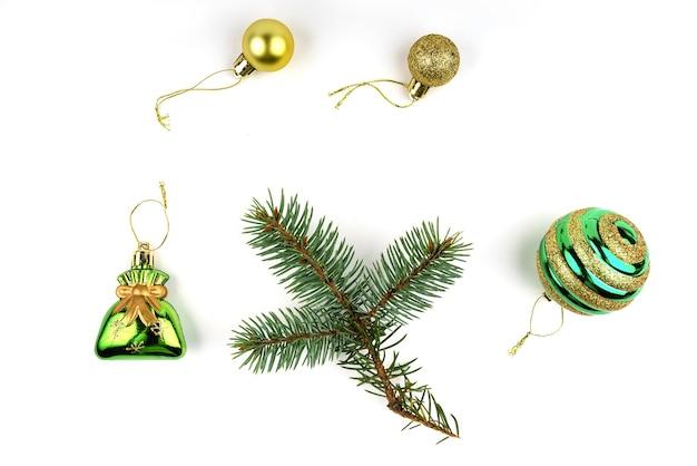 Kolekcja świątecznych dekoracji w kolorze zielonym na białym tle