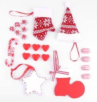 Kolekcja świątecznych obiektów na białym tle