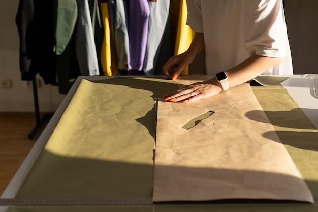 Kolekcja ubrań krawiectwo krawieckie projekt wzoru na pracy projektanta tekstyliów w atelier studio