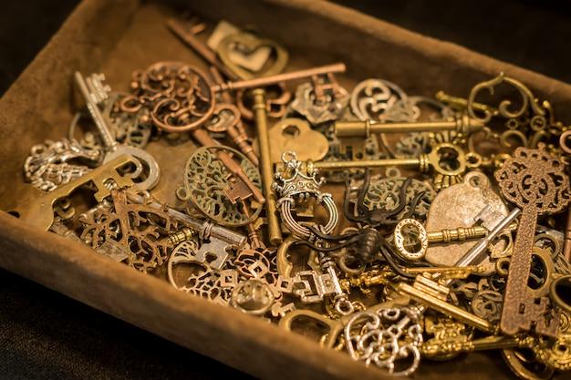 Kolekcja vintage keys w zamszowym pudełku na piersi.