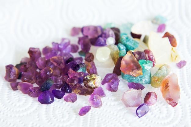 Kolekcja wielu różnych naturalnych kamieni szlachetnych.