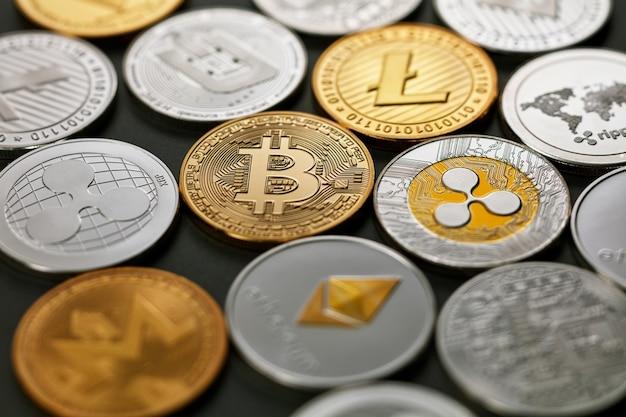 Kolekcja z różnych monet kryptowaluty, wzór z ethereum, litecoin, bitcoin, monero, tętnienie, kreska na ciemnym tle. koncepcja handlu kryptowalutami i blockchain.