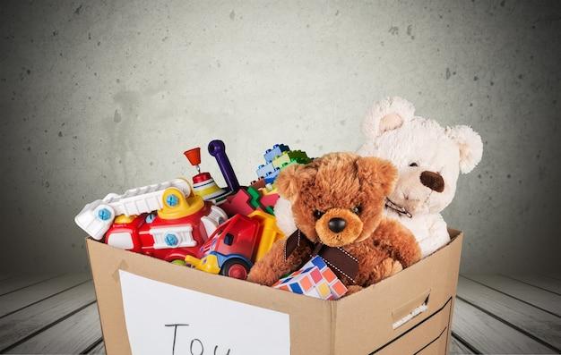 Kolekcja zabawek w pudełku na białym tle