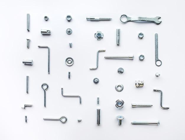 Kolekcja zestaw narzędzi do naprawy domu, klucze, śruby, śruby na białym tle