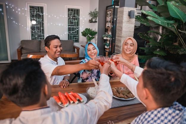 Kolekcjonowanie przyjaciół cieszy się posiłkiem iftar