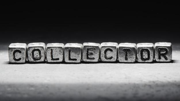 Kolektor napisów na metalowych kostkach w stylu grunge na czarnym tle na białym tle