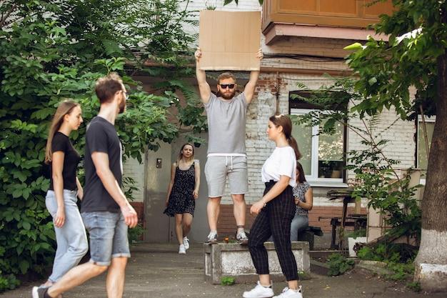 Koleś ze znakiem - mężczyzna stoi protestując przeciwko rzeczom, które go denerwują. solo demonstruje swoje prawo do swobodnego mówienia na ulicy za pomocą znaku. miejsce na tekst. opinia publiczna. życie towarzyskie, humor, mem.