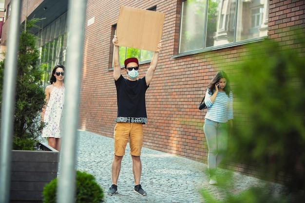 Koleś ze znakiem - mężczyzna stoi protestując przeciwko rzeczom, które go denerwują