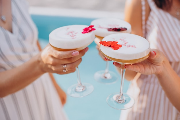 Koleżanki piją koktajle na wakacjach