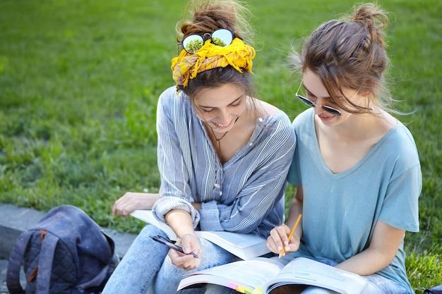 Koleżanki razem studiują w parku