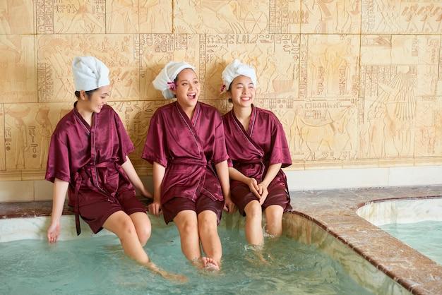 Koleżanki relaks w basenie