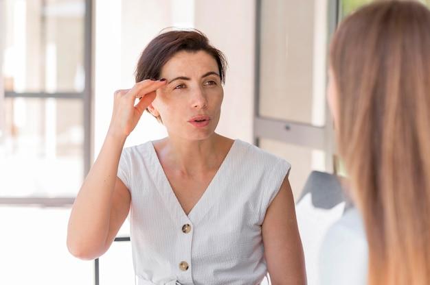 Koleżanki używają języka migowego do komunikowania się ze sobą