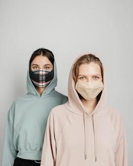 Koleżanki w maskach
