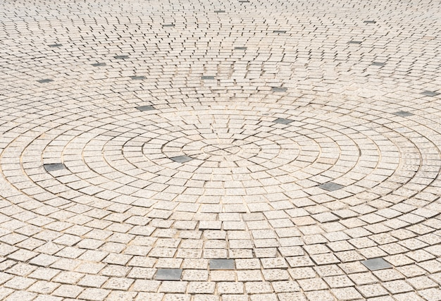 Koło kamienne płytki podłogowe projekt chodnika w centrum parku miejskiego, tło zewnętrzne ulicy miasta