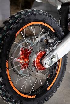 Koło kolczaste do motocykla z hamulcami łańcuchowymi i tarczowymi. opona z kolcami.