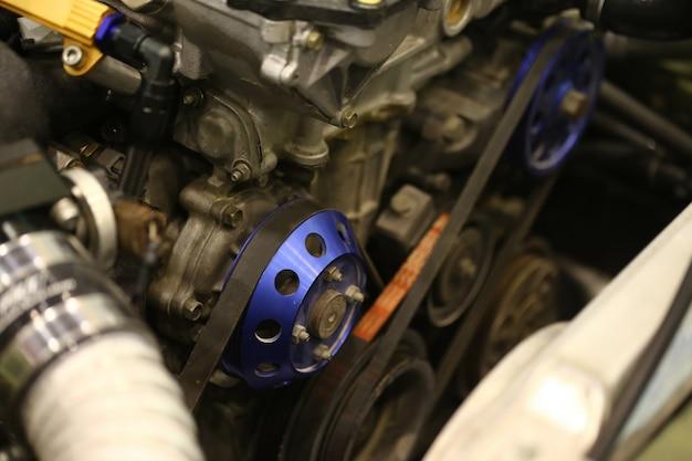 Koło pasowe i pasek silnika samochodu