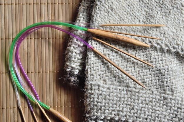 Koło plaż leżą okrągłe druty do robienia na drutach.