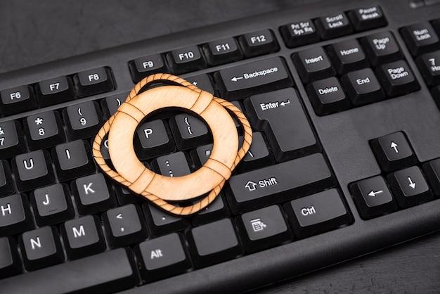 Koło ratunkowe na klawiaturze. koncepcja obsługi komputera. ochrona komputera.