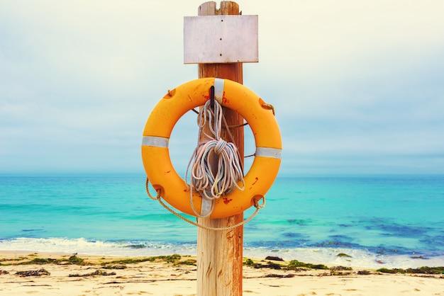 Koło ratunkowe na plaży