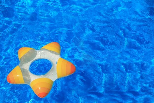 Koło ratunkowe na wodzie. pływająca gwiazda gumy.