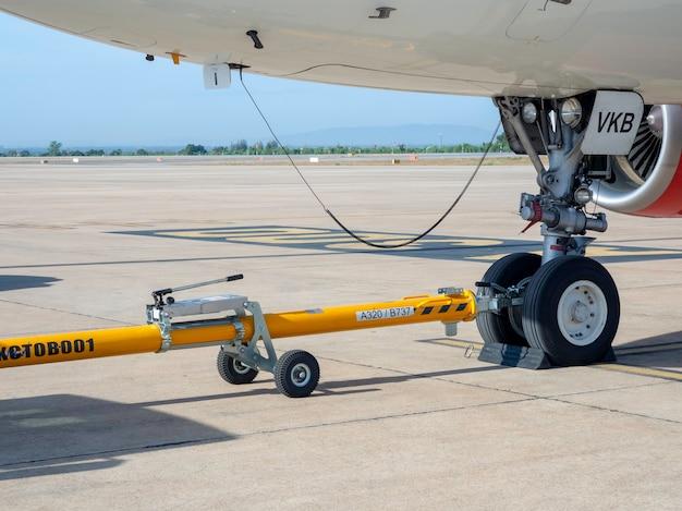 Koło samolotu z żółtym sprzętem do pchania przyczep jeździło na lotnisku khonkaen