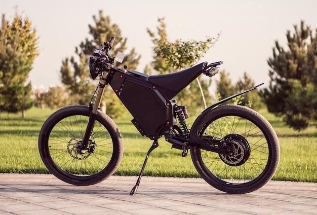 Koło silnika z elektrycznym akumulatorem rowerowym z pedałem i tylnym amortyzatorem.