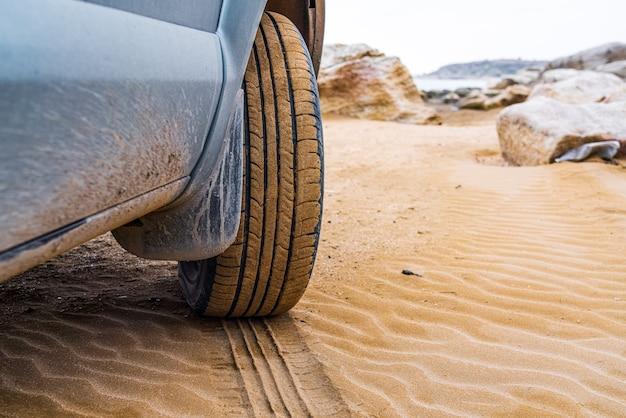 Koło suv na piasku