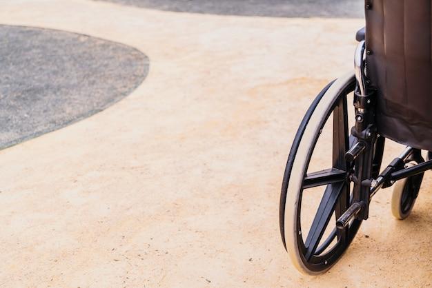 Koło wózka inwalidzkiego z miejsca na kopię.