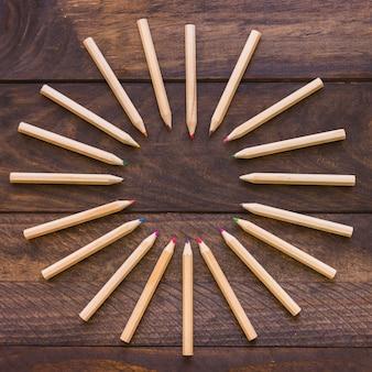 Koło z kolorowych ołówków