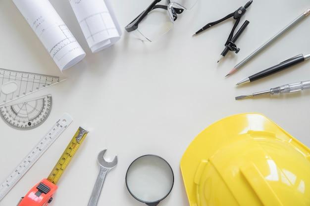 Koło z narzędzi bezpieczeństwa i materiałów kreślarskich
