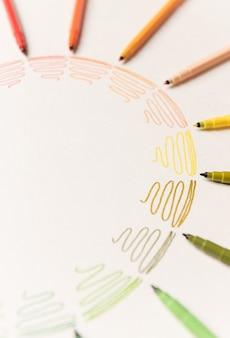 Koło z różnymi kolorowymi obrysowaniami pomalowanymi markerami na białym papierze. gradient kolorowych pociągnięć. skopiuj miejsce na logo, reklamę