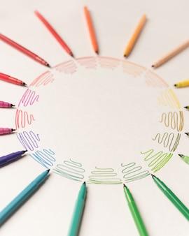 Koło z różnymi kolorowymi pociągnięciami pomalowanymi markerami na białym papierze. gradient kolorowych pociągnięć. skopiuj miejsce na logo, reklamę