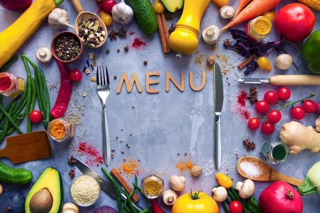 Koło zdrowych kolorowych przypraw korzennych o smaku świeżych owoców i warzyw organicznych przeciwutleniaczy na wegańskie lub wegetariańskie menu na białym tle na szarym tle. pojęcie zdrowego stylu życia
