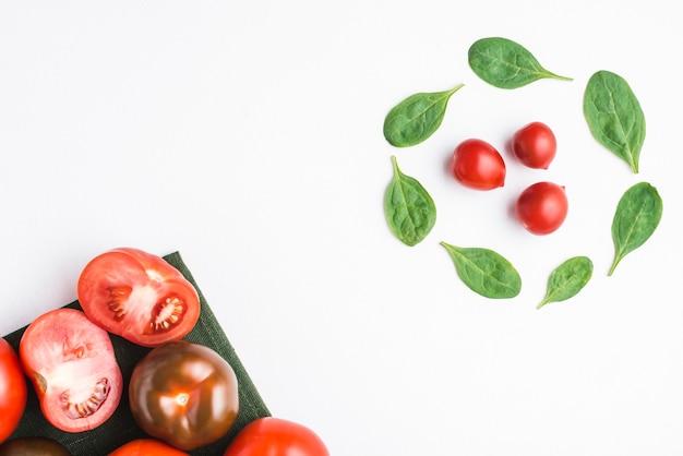 Koło ze szpinaku w pobliżu pomidorów