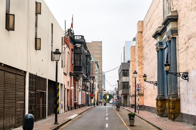 Kolonialne budynki z balkonami w limie. światowe dziedzictwo unesco w peru
