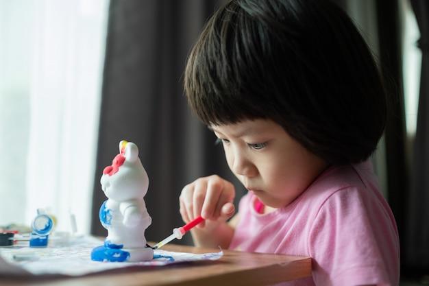 Kolor farby dziecko na papierze, koncepcja edukacji
