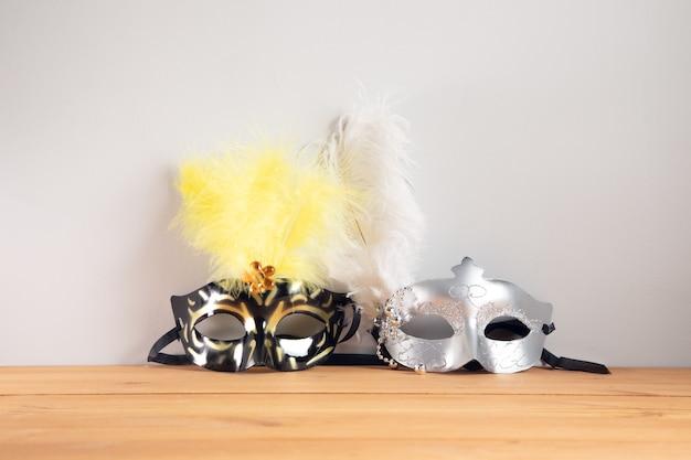 Kolor maski maskarady na tle drewniany stół