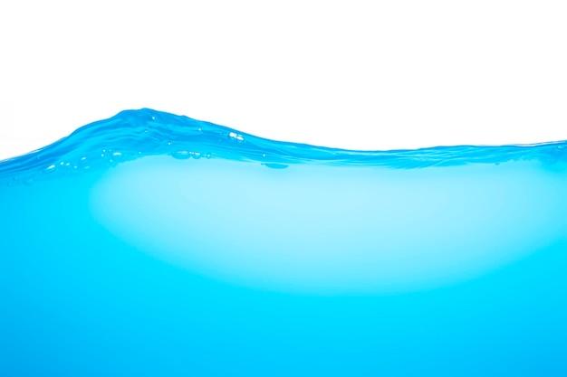 Kolor niebieski fal powierzchniowych z bąbelkami powietrza na białym tle.