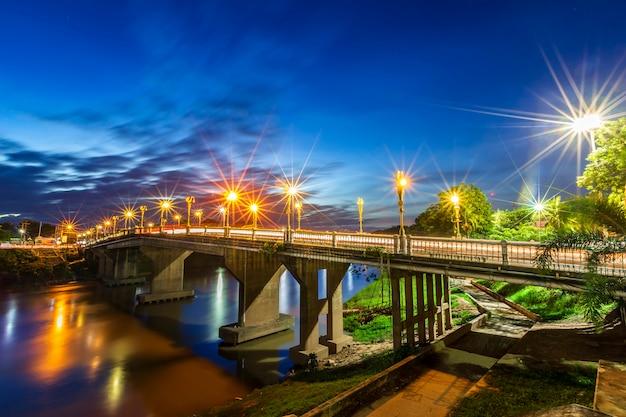 Kolor nocy światła ruchu na drodze na bridżowym eka thot sa korzeniowym moscie w phitsanulok, tajlandia.