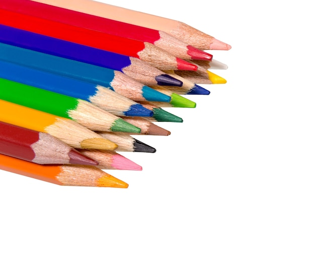 Kolor ołówka na białym tle na białej powierzchni. kolorowy, kolorowy ołówek. zamknij się żywych wskazówek koloru ołówka.