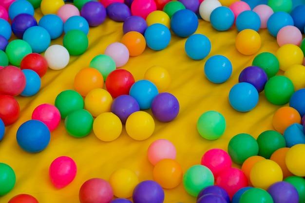 Kolor piłki dla dziecka, kolorowe tło
