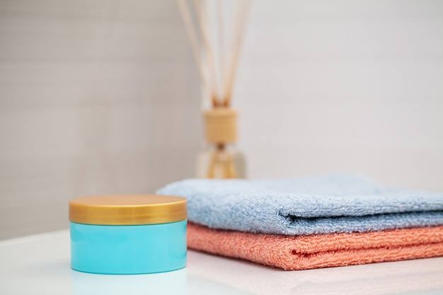 Kolor ręczników na białym stole w łazience
