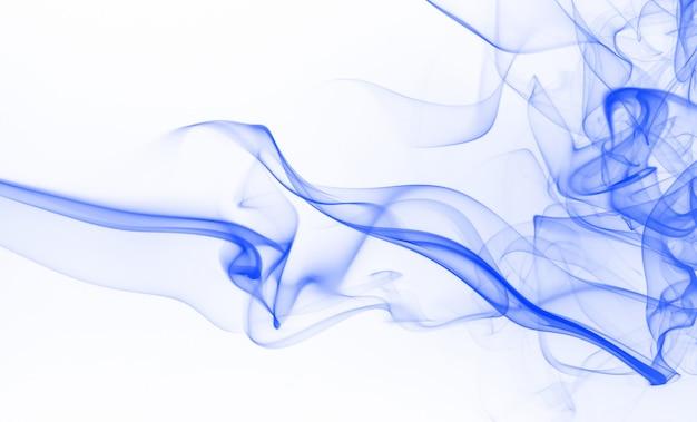 Kolor wody niebieski atrament. niebieski dym streszczenie na białym tle