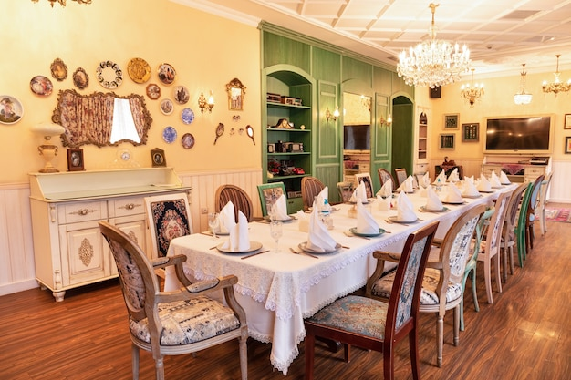 Kolor zielony luksusowa restauracja sala bankietowa wnętrze sali konferencyjnej